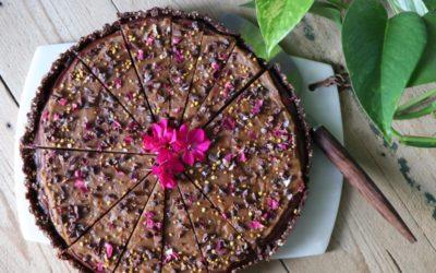 Raw chokladkladdkaka med jordnöts- & kaffefrosting